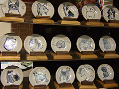 愛らしい犬たちが描かれているお皿たち