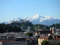 ホテル最上階から見える山とホーエンザルツブルク城塞