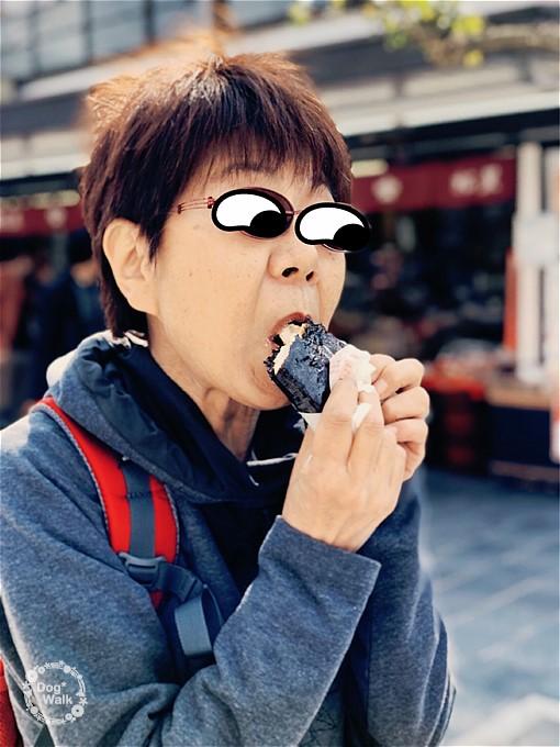 ぬれおかきを食べるMさん